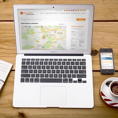 Ordenador portátil encima de una mesa de madera mostrando la página web de Sc Real Estate